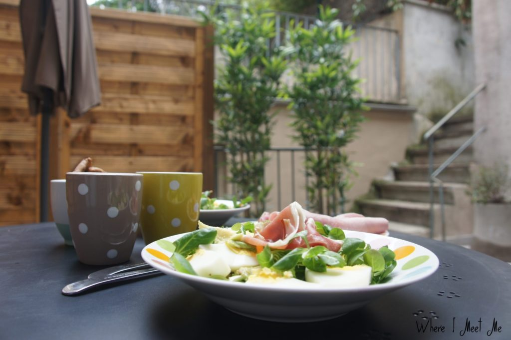 Ksenia Kourilkina's blog whereimeetme.com | Playing locals | Our Airbnb terrace breakfast